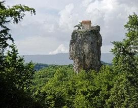 Nhà thờ xây dựng trên... cột đá